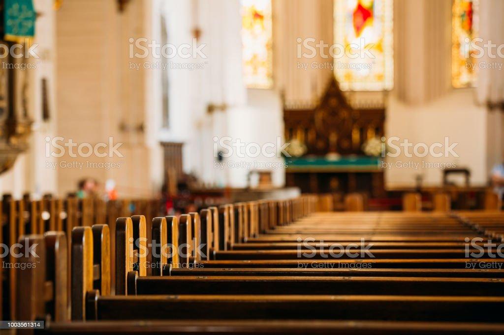 里加, 拉脫維亞。里加 Dom 圓頂大教堂的內部。教堂長椅 - 免版稅傳統圖庫照片