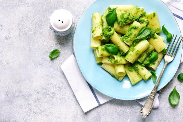 Rigatoni-Pasta mit Basilikum Pesto – Foto