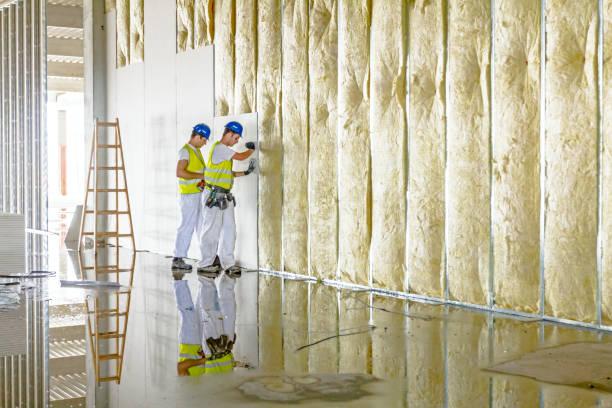 Gréeurs travaillent sur cloison sèche cloison thermique avec laine minérale - Photo