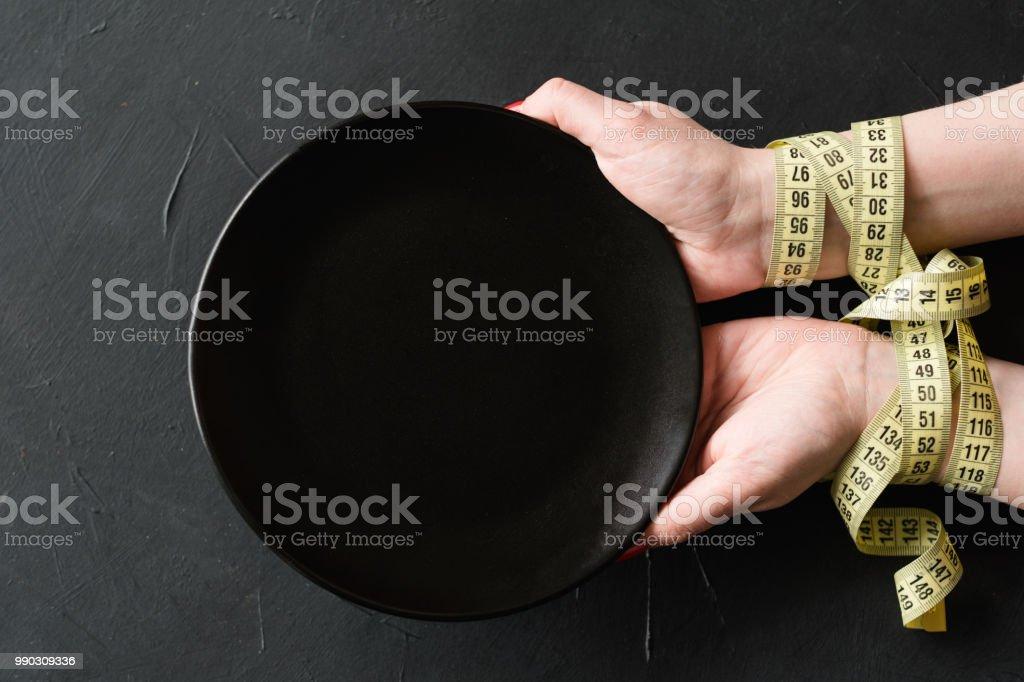 manos de adelgazar ayunando dieta rígida vaciar placa - foto de stock