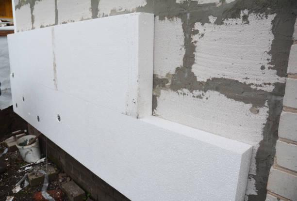 Stijve geëxtrudeerde polystyreen huis muurisolatie. Isolerend huis beluchtbetonblokken muur met stijf piepschuim in openlucht. foto