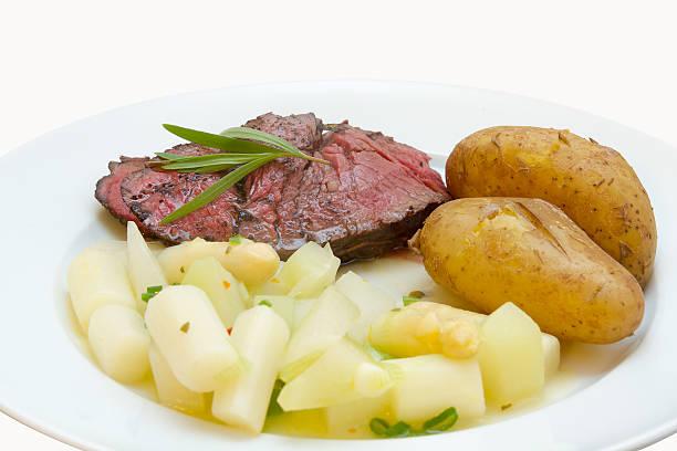 rinderfilet mit asparagus fern-kohlrabi-gemã ¼ s'und neuen kartoffeln - gesunde steakrezepte stock-fotos und bilder