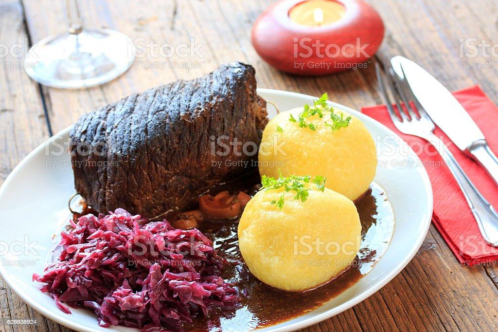 Rinderroulade mit Rotkohl und klößen stock photo