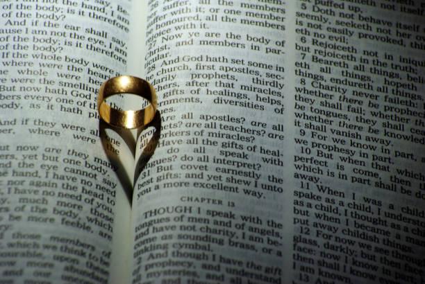 ring auf bibel - verse zur hochzeit stock-fotos und bilder
