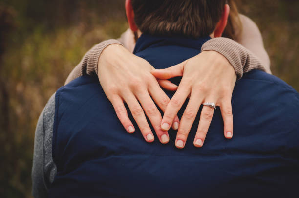 ring-schuss - verlobung was schenken stock-fotos und bilder