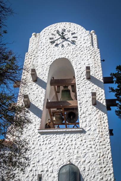 beltonen bells op humahuaca cabildo city hall bell tower - humahuaca, jujuy, argentina - klokkentoren met luidende klokken stockfoto's en -beelden