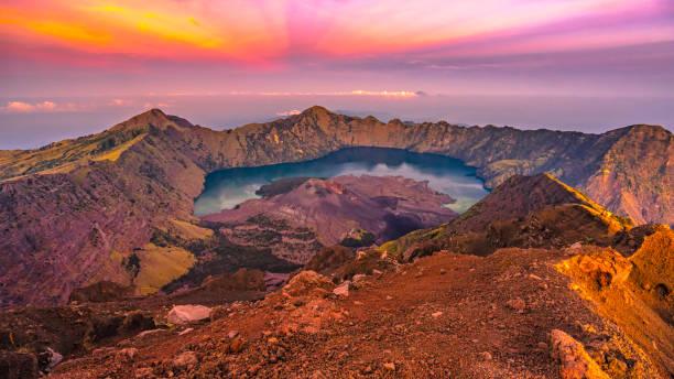 rinjani berg - lombok stockfoto's en -beelden