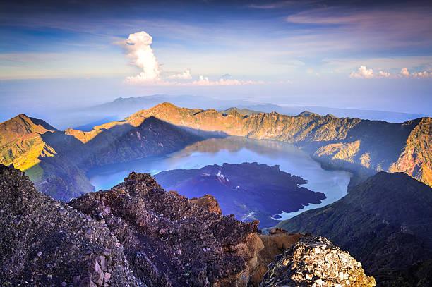 rinjani's summit at dawn. - lombok stockfoto's en -beelden