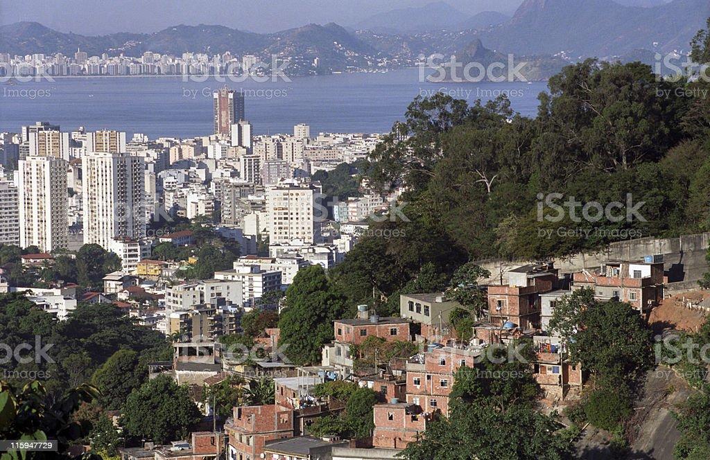 Rio de Janeiro, einem kontrastierenden city-Favelas – Foto