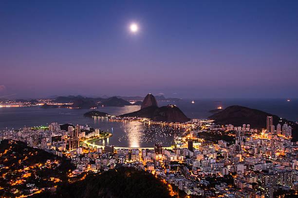 Rio de Janeiro bei Nacht mit Mond in the Sky – Foto
