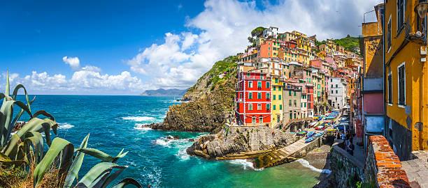 pescatore villaggio di riomaggiore cinque terre, liguria, italia - la spezia foto e immagini stock