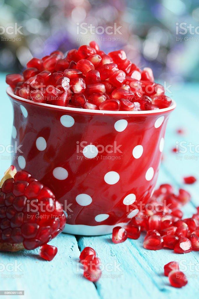 Ripe berry pomegranate in red cup Lizenzfreies stock-foto