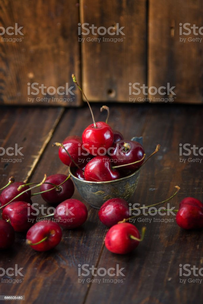 Ripe cherries on wooden background royalty free stockfoto