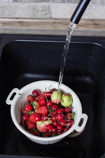 익은 신선한 열매 그리고 스트림 물 아래 검은 부엌 싱크대에 과일 여름 음식 개념 가방에 대한 스톡 사진 및 기타 이미지
