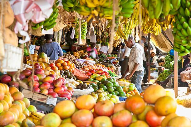 maturo frutta impilati in un mercato locale a nairobi. - bazar mercato foto e immagini stock