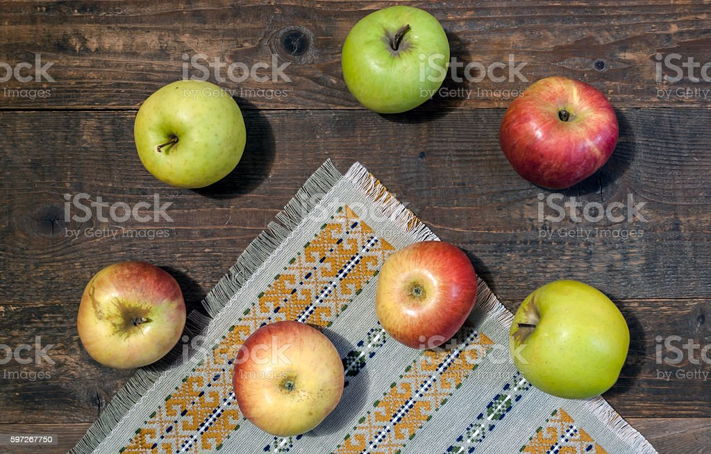 Ripe green and red apples on wooden table close-up photo libre de droits
