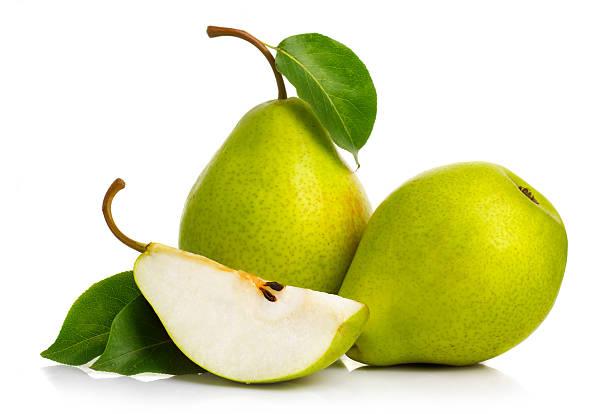 maturi pere verde isolato con foglie isolato - pera foto e immagini stock
