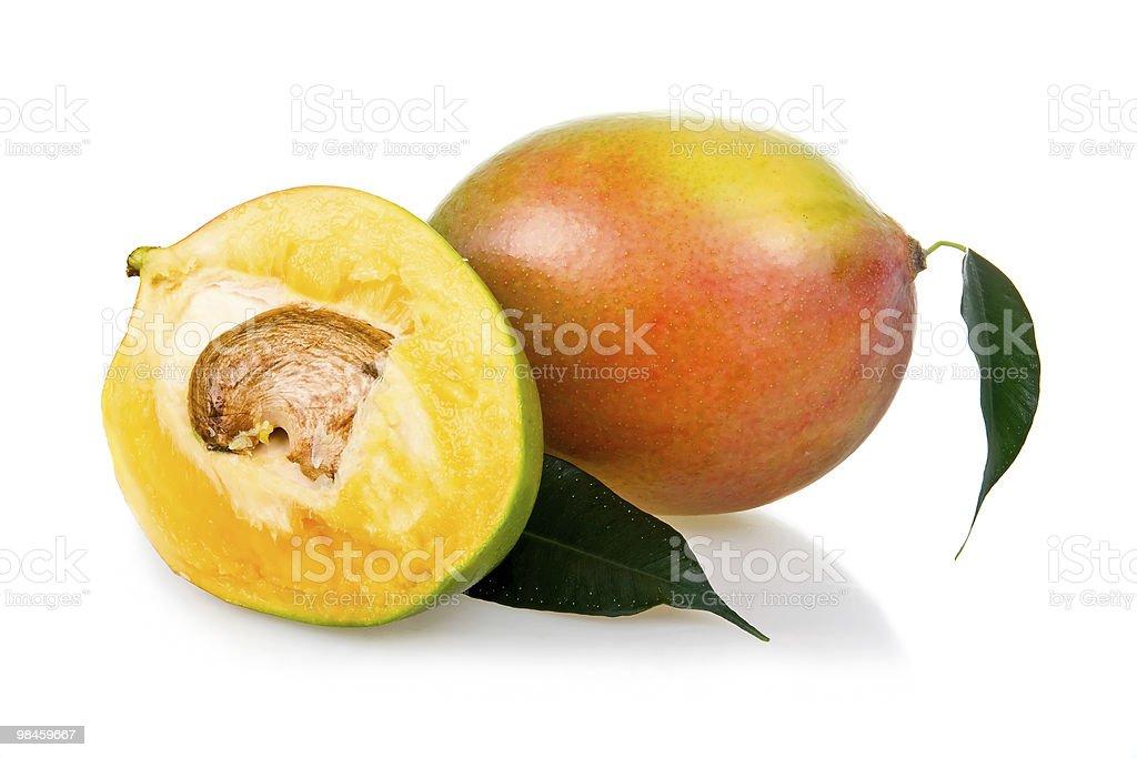 Frutti di mango maturo con foglie isolati foto stock royalty-free