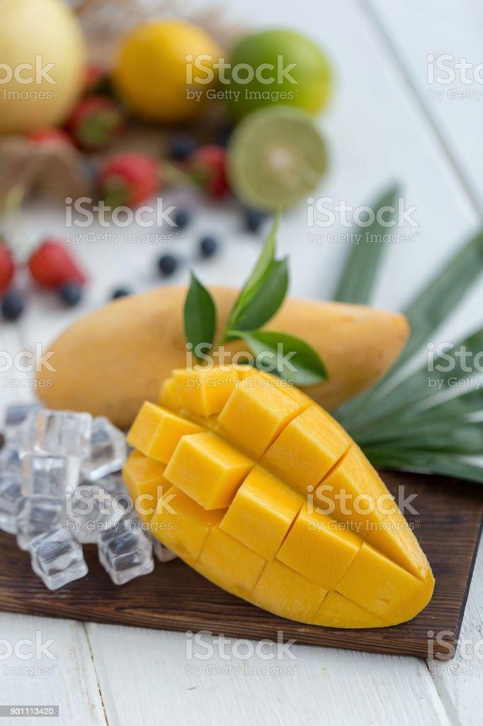 Ahşap plaka buz küpleri ve arka plan olarak meyve olgun Mango - Royalty-free Arka planlar Stok görsel
