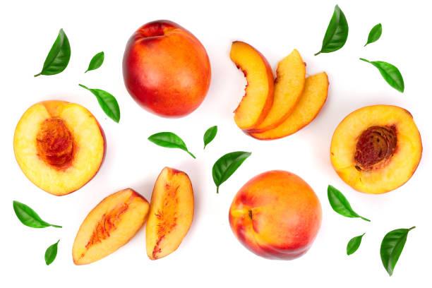 reife nektarinen mit verlässt isolierten auf weißen hintergrund. ansicht von oben. flach legen muster - peach stock-fotos und bilder
