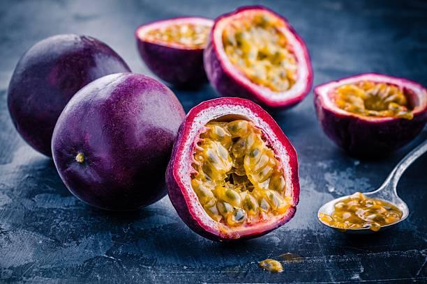 ripe organic passion fruit - fruit de la passion photos et images de collection