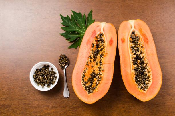 Reife Papaya Frucht auf hölzernen Hintergrund – Foto