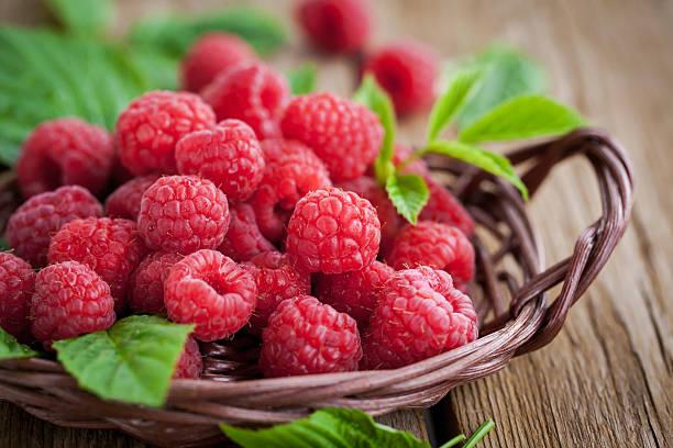 ripe raspberry with leaf - hallon bildbanksfoton och bilder