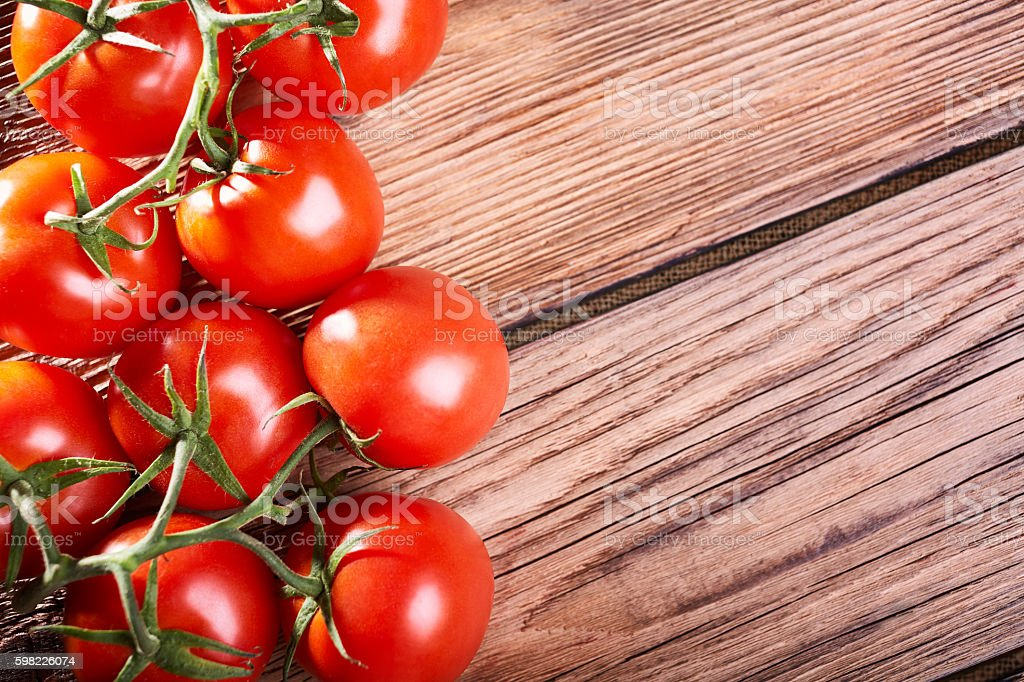 Ripe tomatoes on the wooden table foto royalty-free