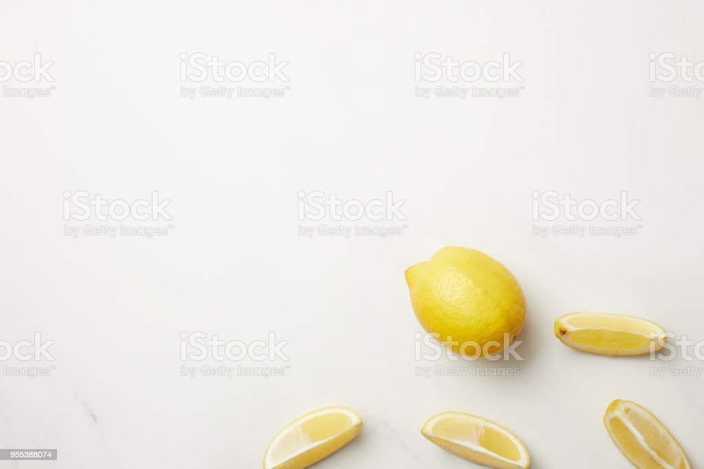 Ripe yellow whole fruit and slices of lemon isolated on white - Zbiór zdjęć royalty-free (Bez ludzi)