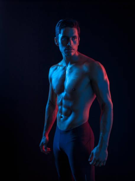 Hispanic Mann In surrealen Farblicht gerissen – Foto