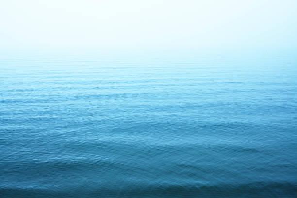 ripples na niebieski powierzchnia wody - staw woda stojąca zdjęcia i obrazy z banku zdjęć