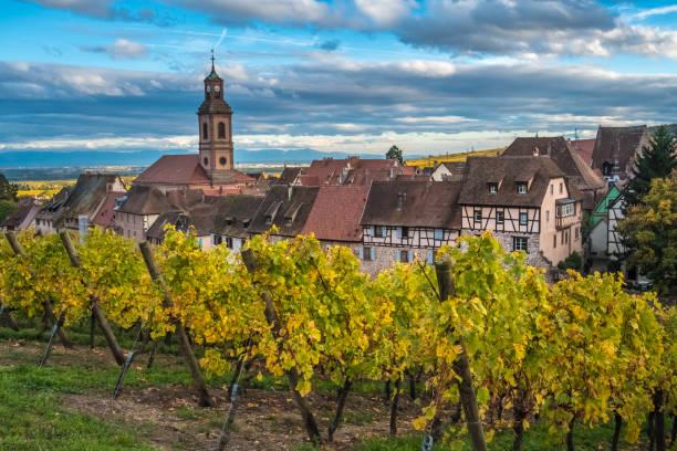 Riquewihr (Reichenweier) a wine-making village in the Haut-Rhin department, Alsace, France. - foto stock