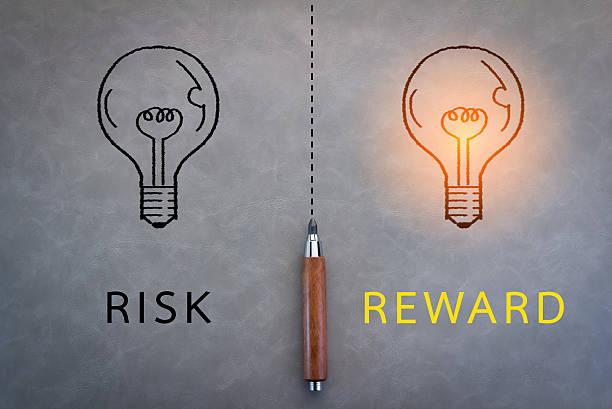 risiko und belohnung wort - belohnung stock-fotos und bilder