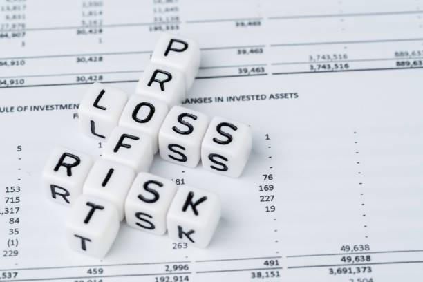 """投資概念中的風險、盈虧,小白立方塊用字母表構建縱橫字謎,主要作為利潤,在財務投資報告中帶有""""損失與風險""""字樣 - 損失 個照片及圖片檔"""