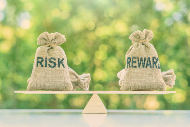 Risk reward ratio / risk management concept : Risk and reward bags on a basic balance scale in equal position, depicts investors use a risk reward ratio to compare the expected return of an investment Risk reward ratio / risk management concept : Risk and reward bags on a basic balance scale in equal position, depicts investors use a risk reward ratio to compare the expected return of an investment stock certificate stock pictures, royalty-free photos & images
