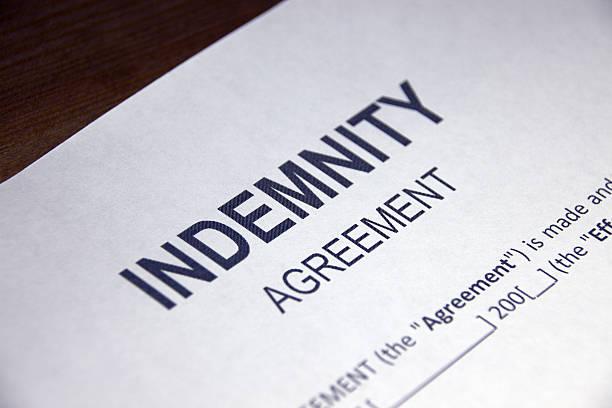 formulario de acuerdo de transferencia de riesgo en primer plano - indemnización compensación fotografías e imágenes de stock