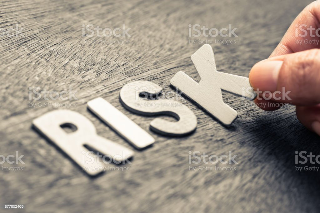 Risiko-Holz-Buchstaben – Foto