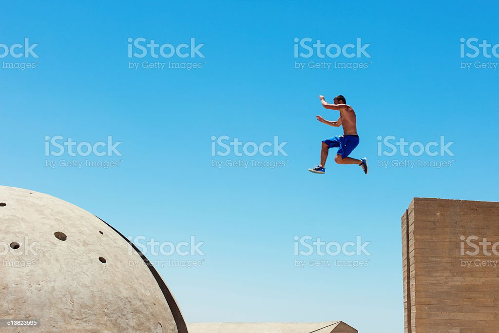 Riskante Mann springen – Foto