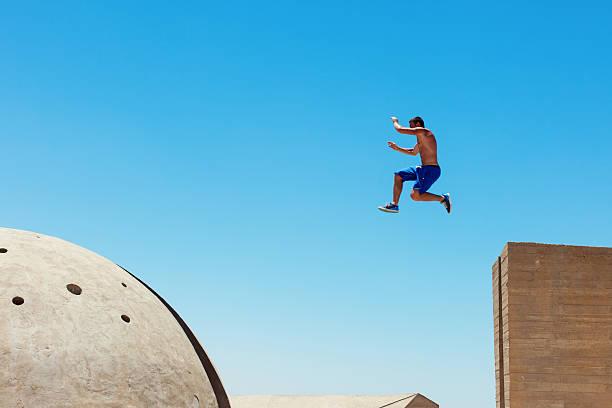 riskante mann springen - parkour stock-fotos und bilder