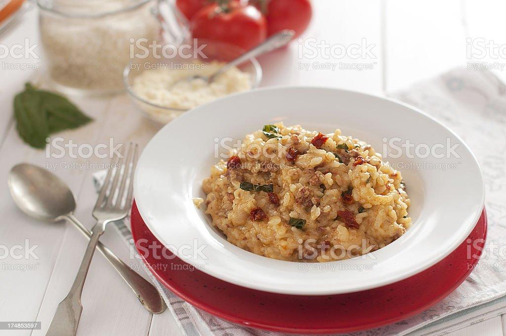 Risotto, Riz Arborio, tomate séchée, de basilic, de saucisses, de parmesan - Photo de Aliment libre de droits