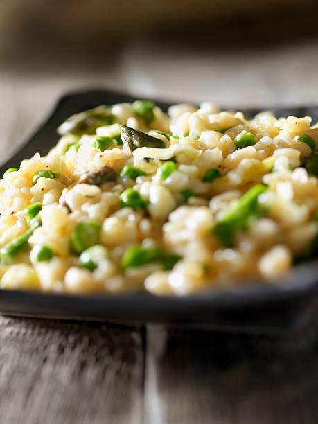 risotto primavera mit spargel - spargel vegan stock-fotos und bilder