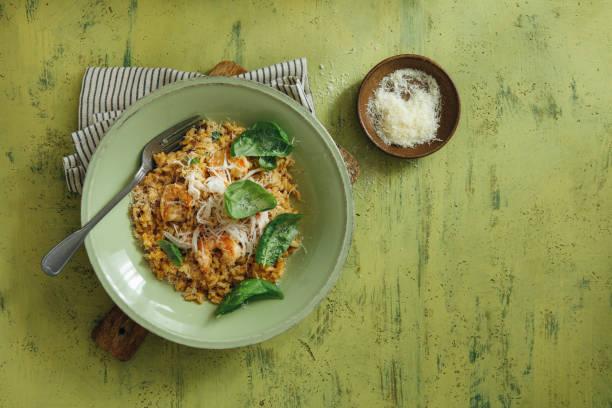 risotto met krabvlees en garnalen - krab gerecht stockfoto's en -beelden