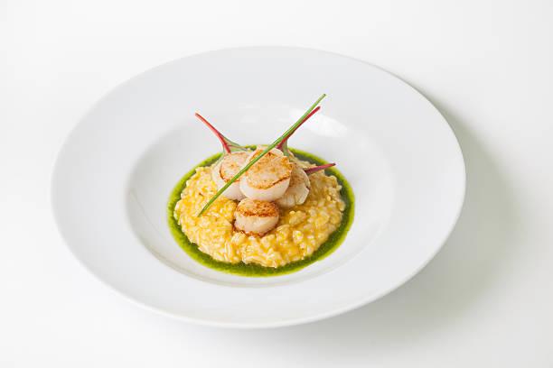 risotto mit gebratenem jakobsmuschel - safransauce stock-fotos und bilder