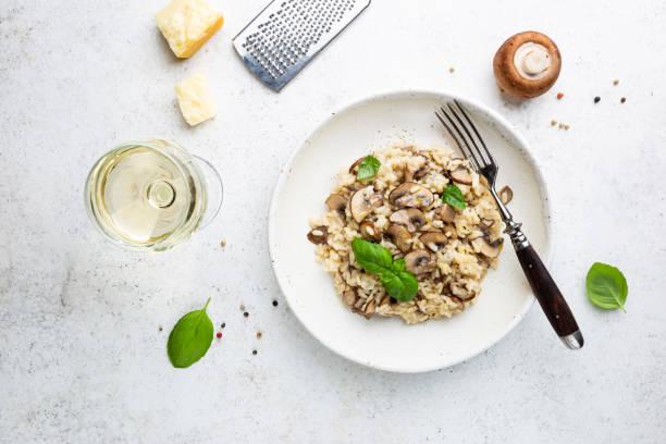 Risotto mit Pilzen auf dem Teller – Foto