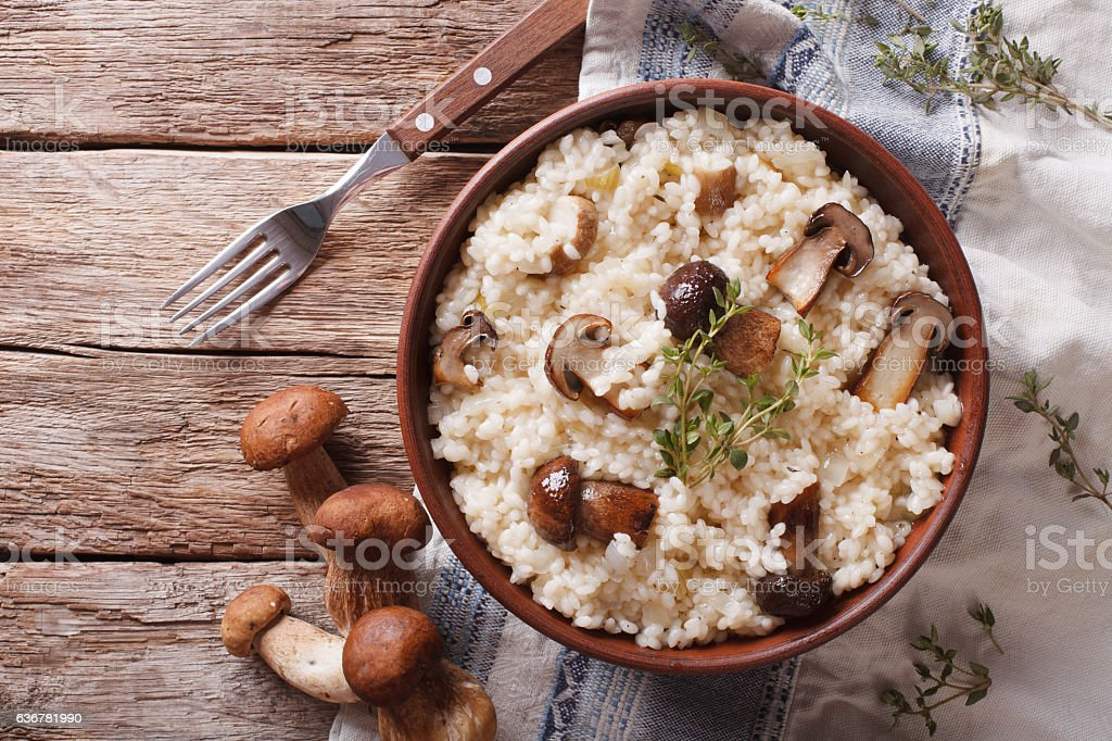 risotto with porcini mushrooms and thyme close-up. horizontal - foto de stock