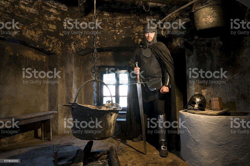 Ritter mit Schwert in schwarzer Küche stock photo