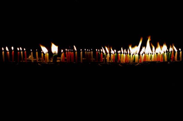 ritual kerzen in der dunkelheit. - kult stock-fotos und bilder