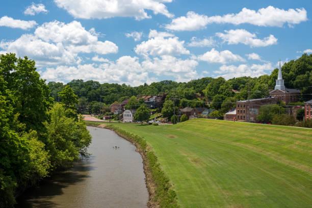 río y un camino trazado en galena - illinois fotografías e imágenes de stock