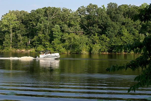 Rivière et le paysage avec lac de soirée Péniche commerciale - Photo