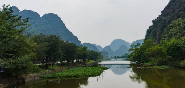 fluss-und kalksteinberge in vietnam - holu stock-fotos und bilder